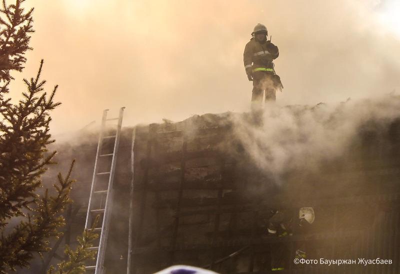 Пожар в двухэтажном коттедже потушили в Нур-Султане