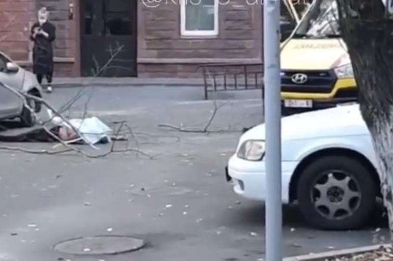 Almatyda 20 jastaǵy jigit 14-qabattan sekirip mert boldy