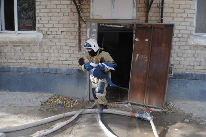 В Атырау из горящей на пятом этаже квартиры эвакуировали 5 детей