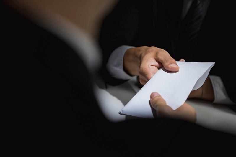 В получении взятки подозревают сотрудника аппарата акима СКО