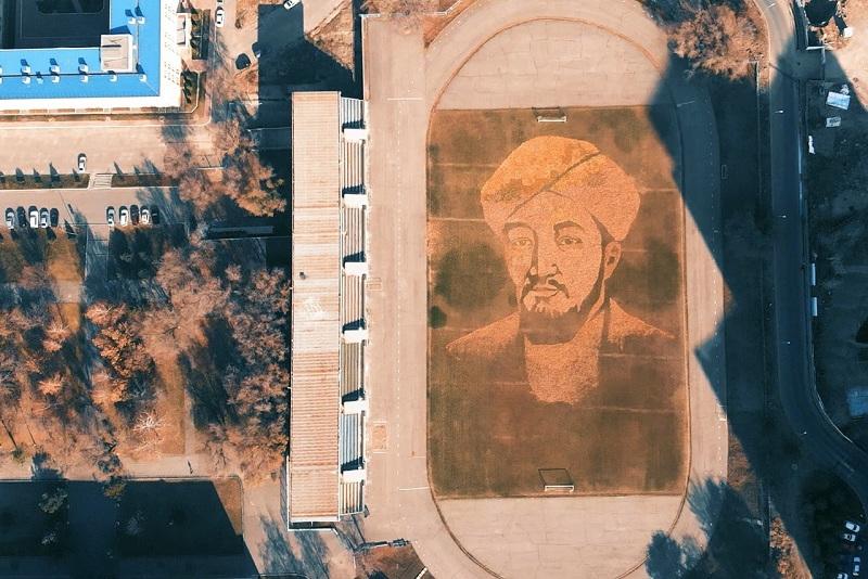 ҚазҰУ студенттері мен еріктілер жапырақтан Әл-Фарабидің портретін жасады