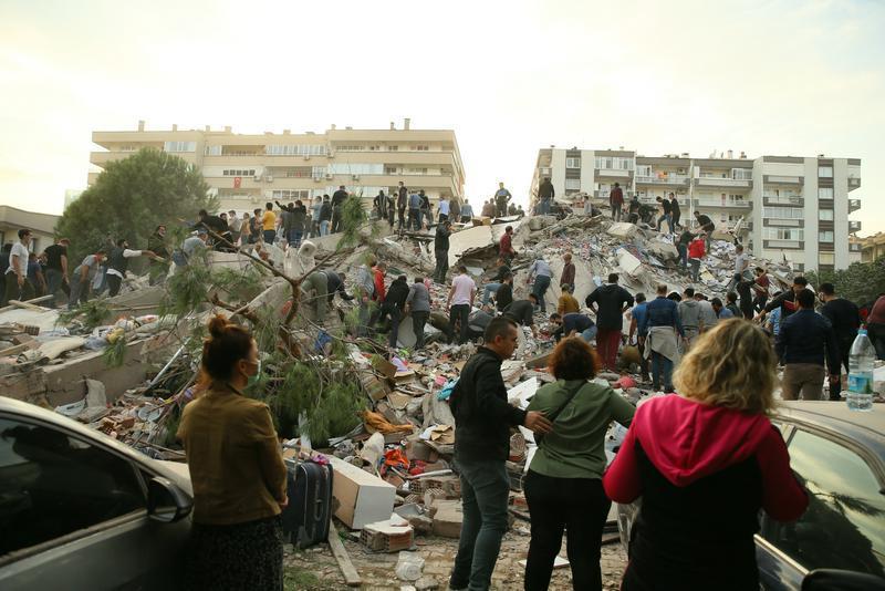 Число жертв землетрясения в Измире возросло до 28