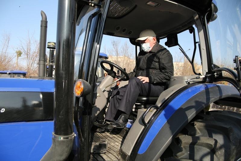 Сто новых отечественных тракторов получат жамбылские аграрии взамен старой техники
