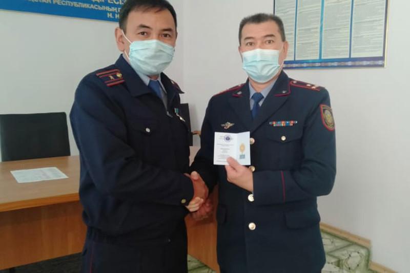 Police officer awarded Khalyk algysy medal for fight against COVID-19 in Pavlodar rgn