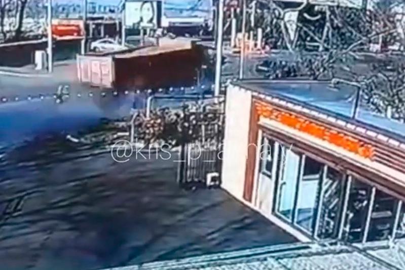 КамАЗ на скорости снес остановку, автомобили, трансформатор и разлетелся на части в Алматы