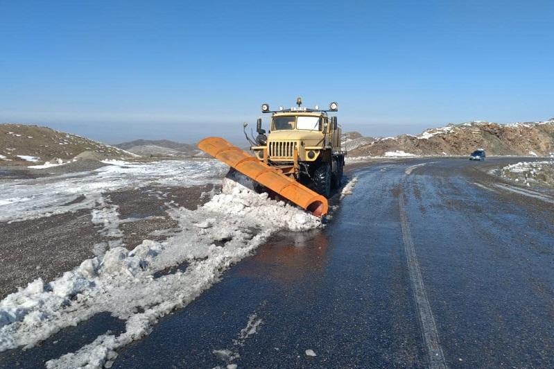 На дорогах Казахстана начались работы по зимнему содержанию