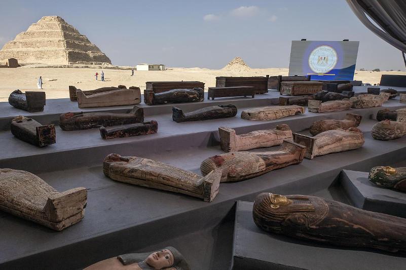 埃及出土100多个石棺和镀金雕像