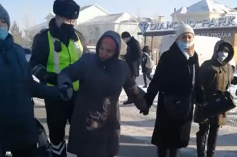 Жители поселка Косшы перекрыли дорогу: вопрос с электроснабжением решен