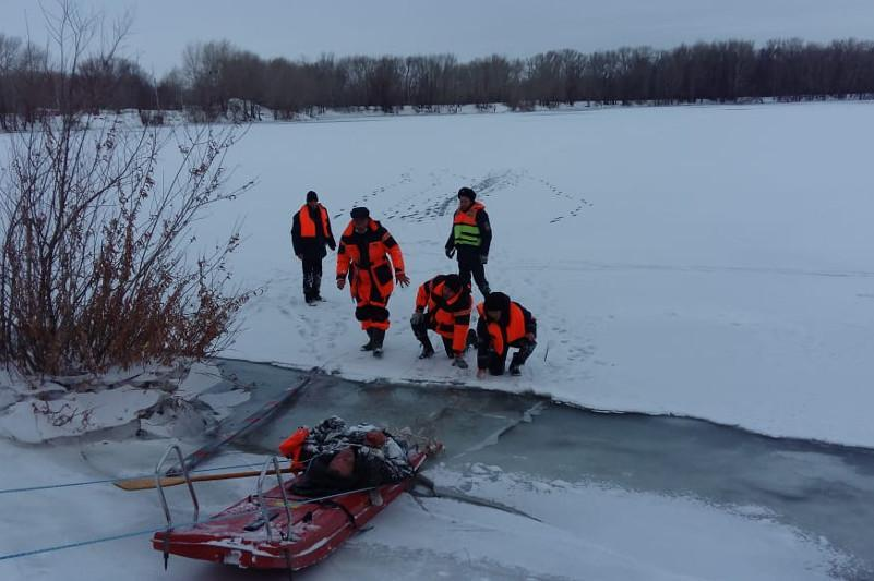 Провалившегося под лед рыбака спасли сотрудники ДЧС в Павлодарской области