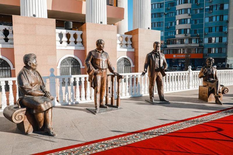 В Атырау открылась скульптурная композиция «Шығармашылық әңгіме»