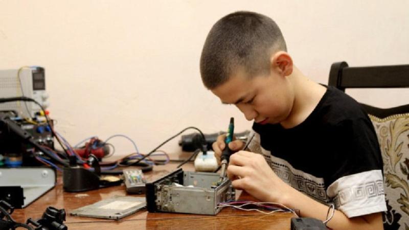 Школьник из Карагандинской области помогает семье, ремонтируя бытовую технику