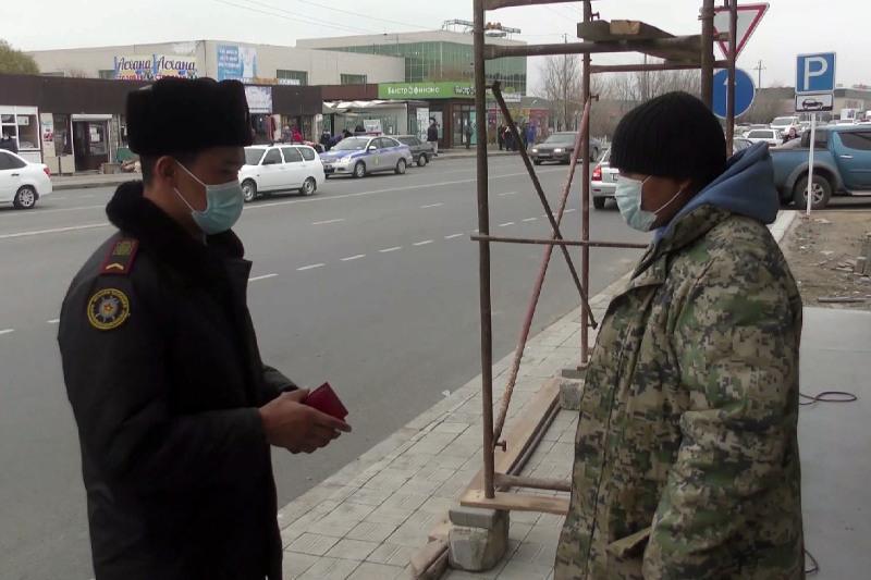 О штрафах за ношение камуфляжной формы предупреждает казахстанцев полиция Атырау