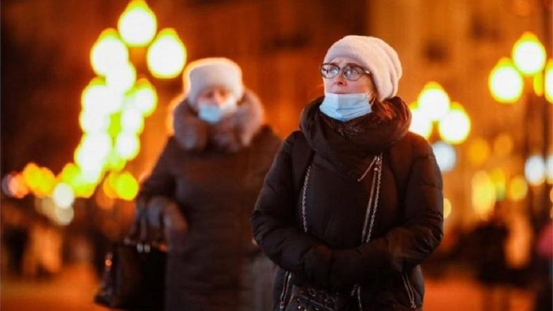 Коронавирус: Британия смягчает ограничения, США одобрили препарат, которым лечили Трампа