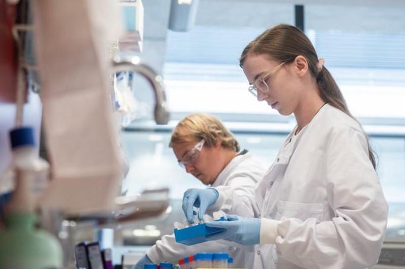 Британская вакцина AstraZeneca отCOVID-19 показала эффективность в70%