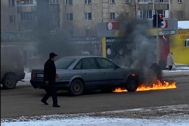 Два автомобиля за день сгорело в Караганде