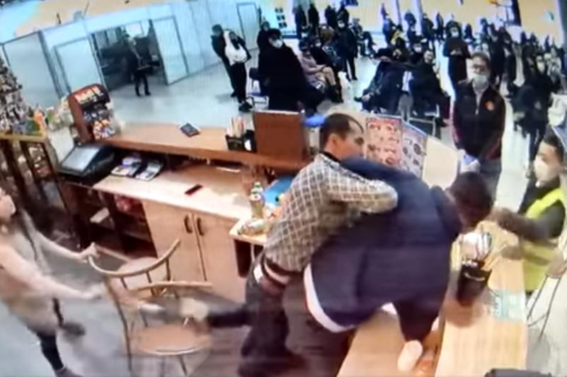 Almaty áýejaıynda mas jolaýshy men barmen tóbelesti