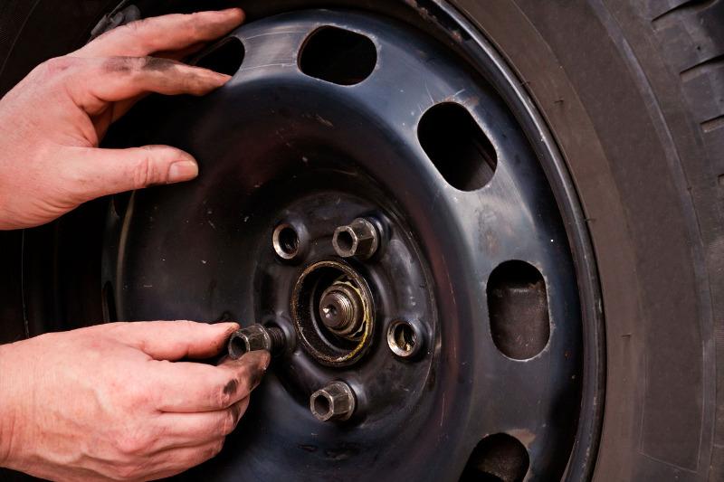 78-летний житель столицы задержан за кражу автомобильных дисков