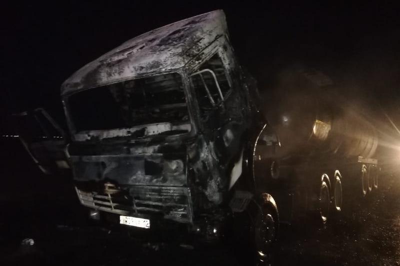Автоцистерна с нефтью горела на трассе в Атырауской области