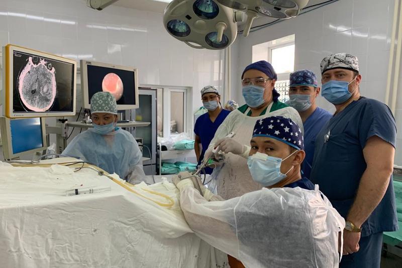 哈萨克斯坦专家成功完成首例内镜辅助下微创脑血肿清除术