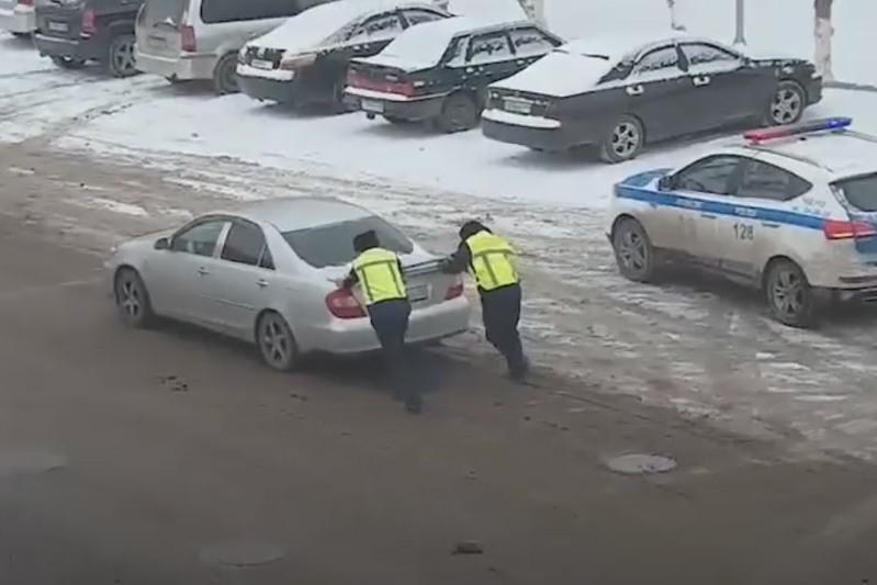 Бұзылған көлікке көмекке келген тараздық полицейлер туралы видео тарады
