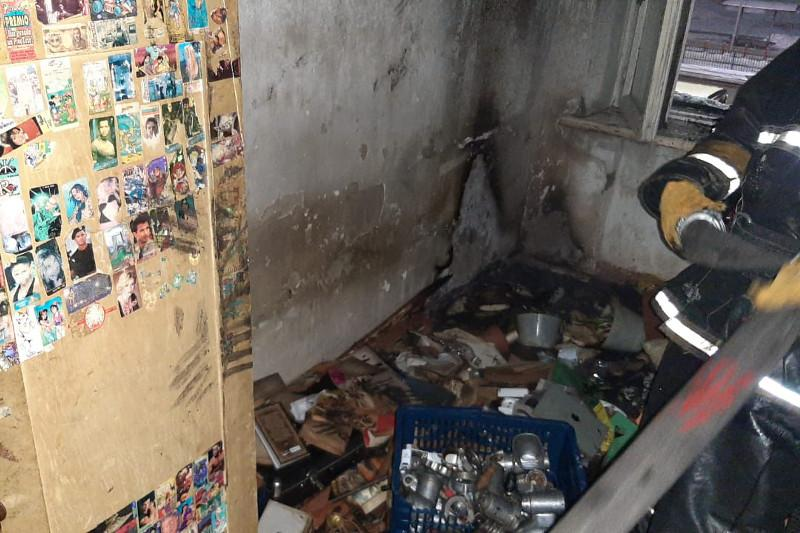 Пожилой мужчина оказался в больнице после пожара в многоэтажке Павлодара