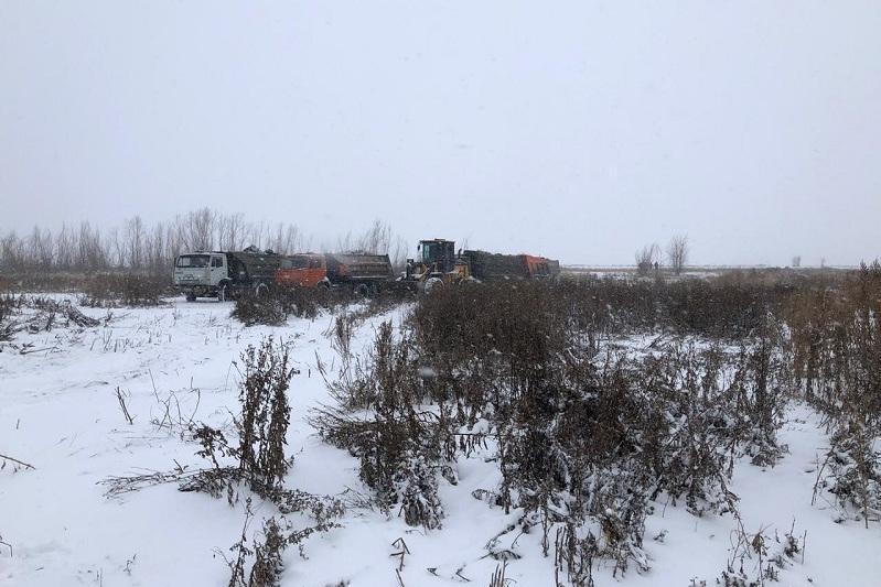 Загрязненное нефтешламами озеро начали чистить в Уральске
