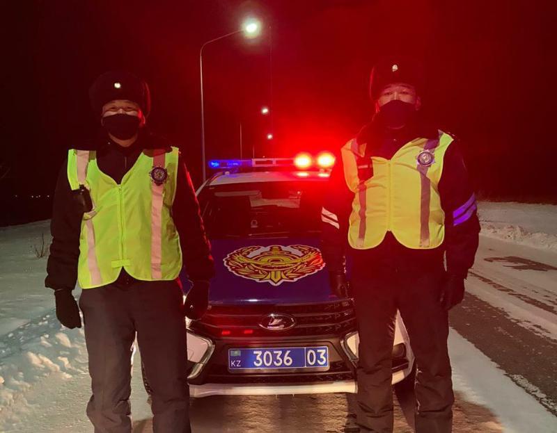 Полицейские помогли пассажирам автомобиля на трассе в Акмолинской области
