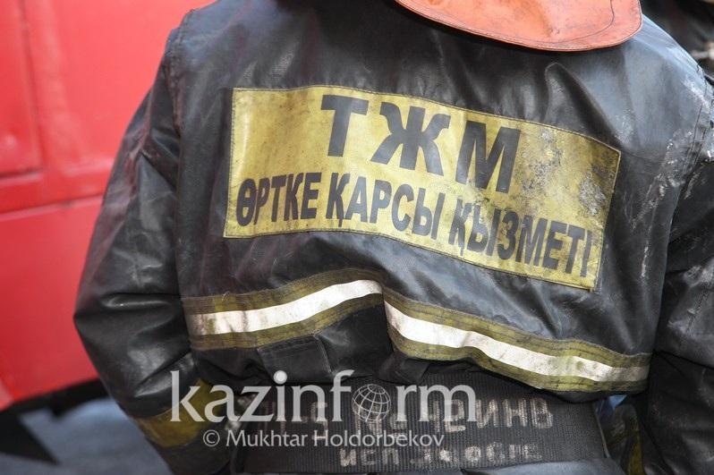 В Атбасаре сотрудники ДЧС спасли семью во время пожара