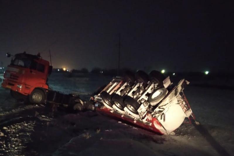 БҚО-да 21 тонна бензин әкеле жатқан жүк көлігі аударылып қалды