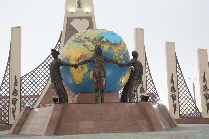 Biz birgemiz: Таразда коронавируспен күрескендерге арналған монумент ашылды