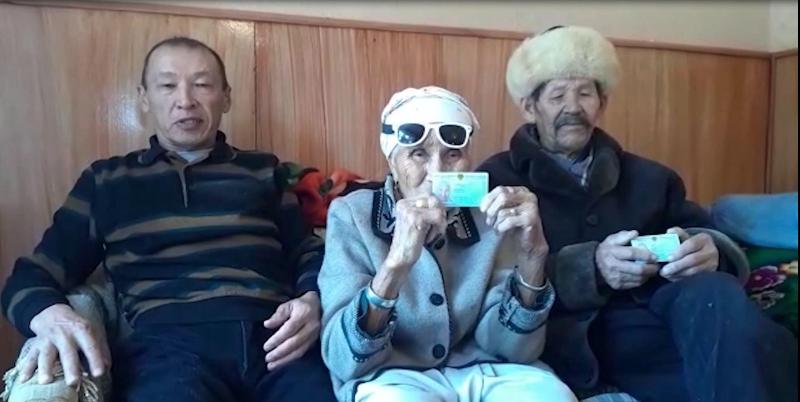В Туркестанской области 90-летним пенсионерам помогли получить удостоверения личности