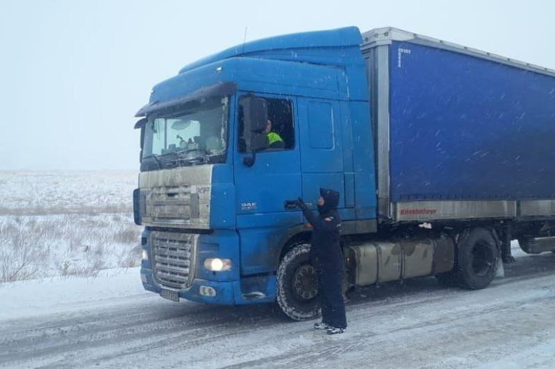 Около 100 грузовиков застряли на заснеженной трассе на юге Казахстана