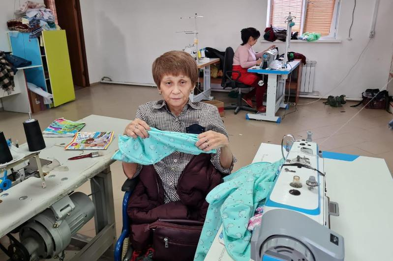 В Атырау женщина с ограниченными возможностями открыла швейных цех
