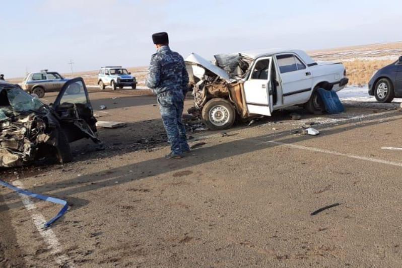 В ЗКО столкнулись две автомашины: погибли трое