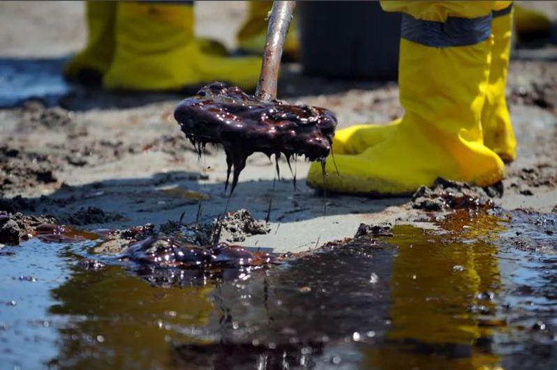 Три тонны нефти разлилось на дороге в Карагандинской области