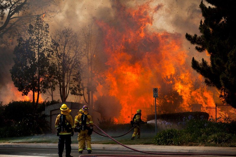 Some 25,000 residents flee wildfire in southern California