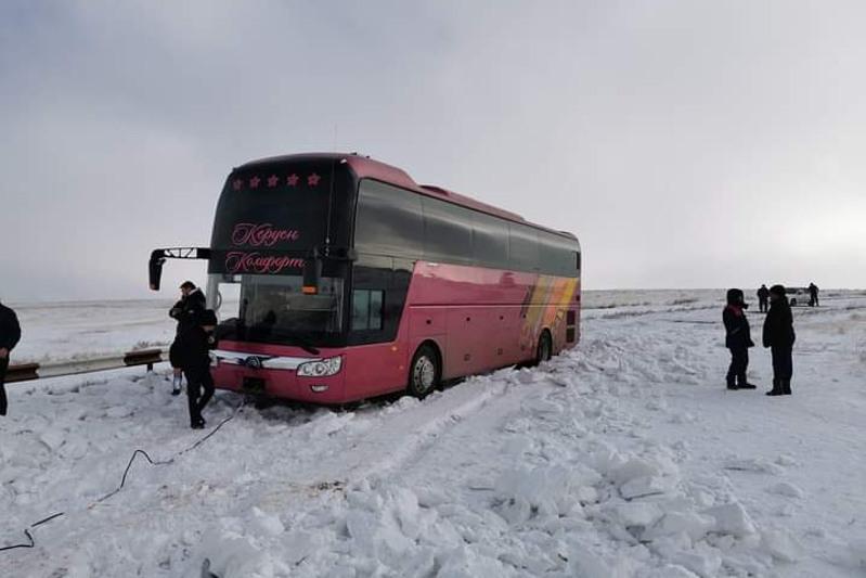 Автобус с туристами застрял в снегу рядом с пещерой Ак-Мечеть в Туркестанской области