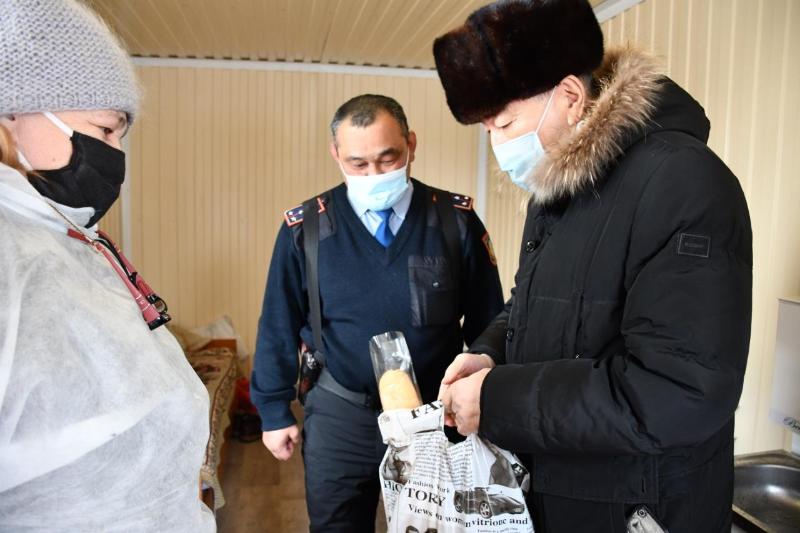 Продуктовые наборы привезли старшие коллеги полицейским на санпостах в Кокшетау