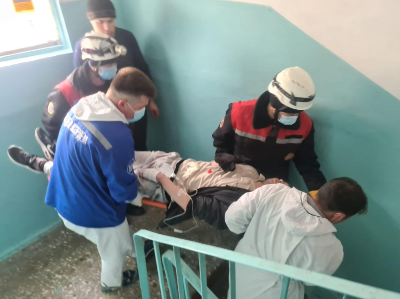 Мужчина упал на крышу магазина с третьего этажа в Шымкенте
