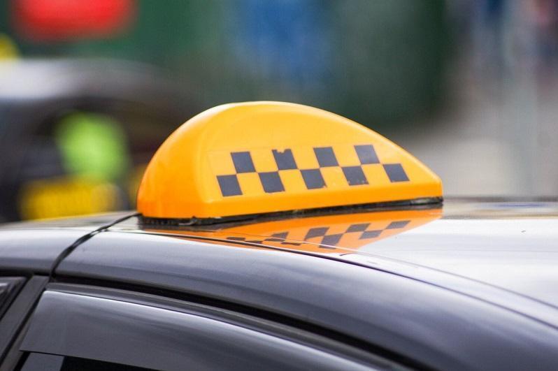 Оралда 2 адам таксисті ұрып, автокөлігін айдап кеткен