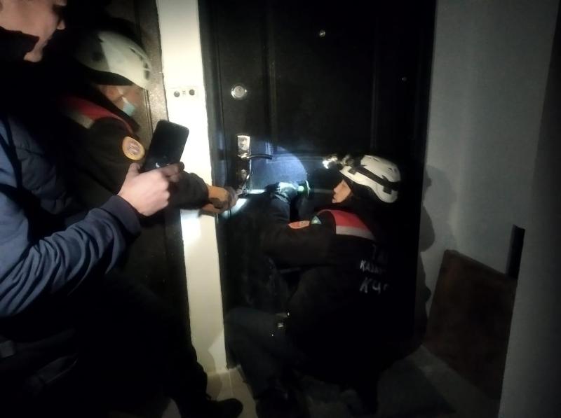 Оказавшемуся взаперти дома полуторагодовалому ребенку помогли спасатели Шымкента