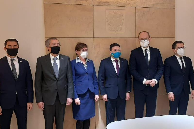 哈萨克斯坦和波兰讨论合作事宜