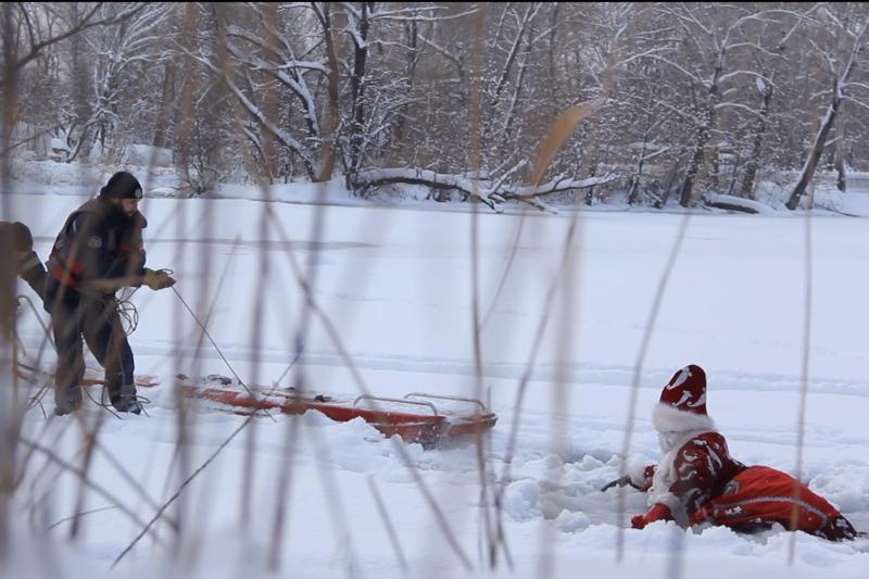 Деда Мороза, провалившегося под лед, спасли водолазы в ВКО