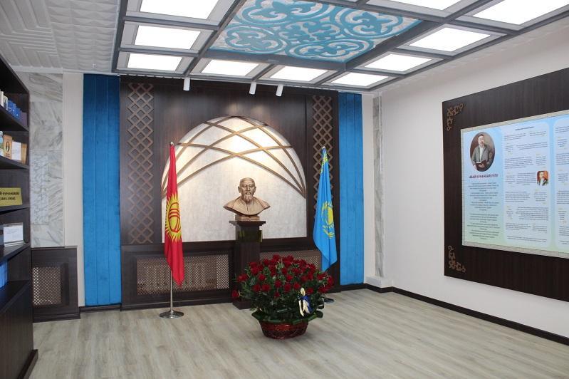 Bishkekte Abaı atyndaǵy mádenı ortalyq ashylyp, uly aqynnyń bıýsti ornatyldy