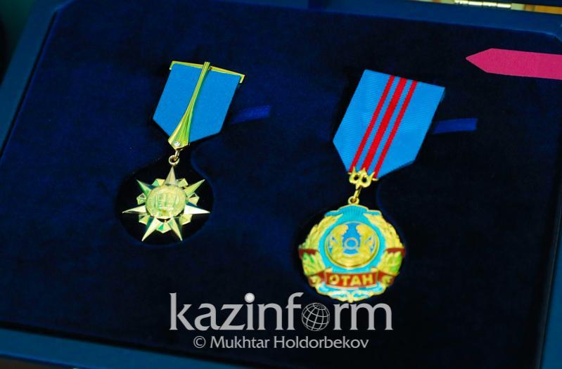 总统授予两人哈萨克斯坦功勋英雄荣誉