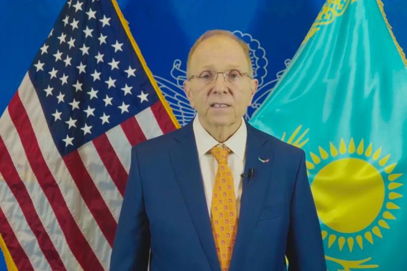 美国大使用哈萨克语朗读歌词 献上独立日节日祝福