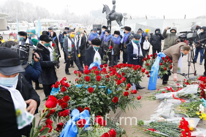 Представители политических партий возложили цветы к монументу Независимости в Алматы