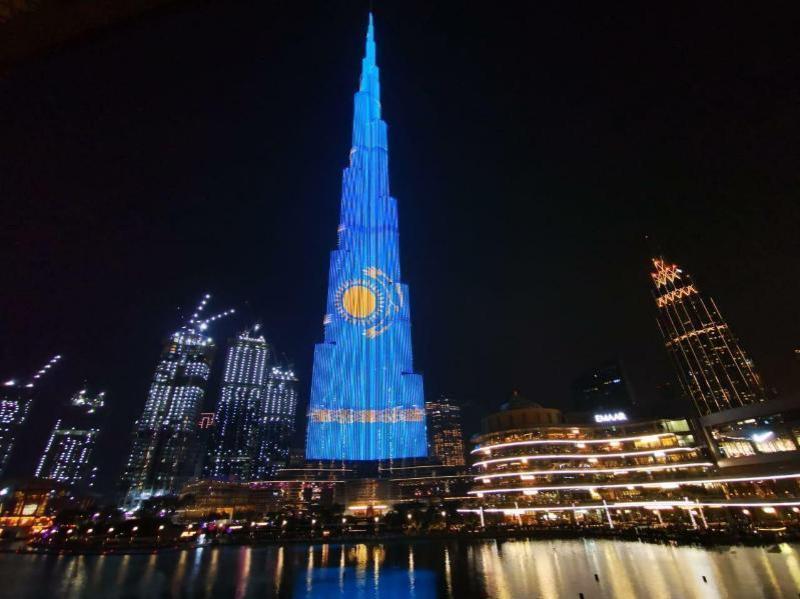 独立日:著名的迪拜哈利法塔和土耳其TOBB大厦亮起哈萨克斯坦国旗灯光秀