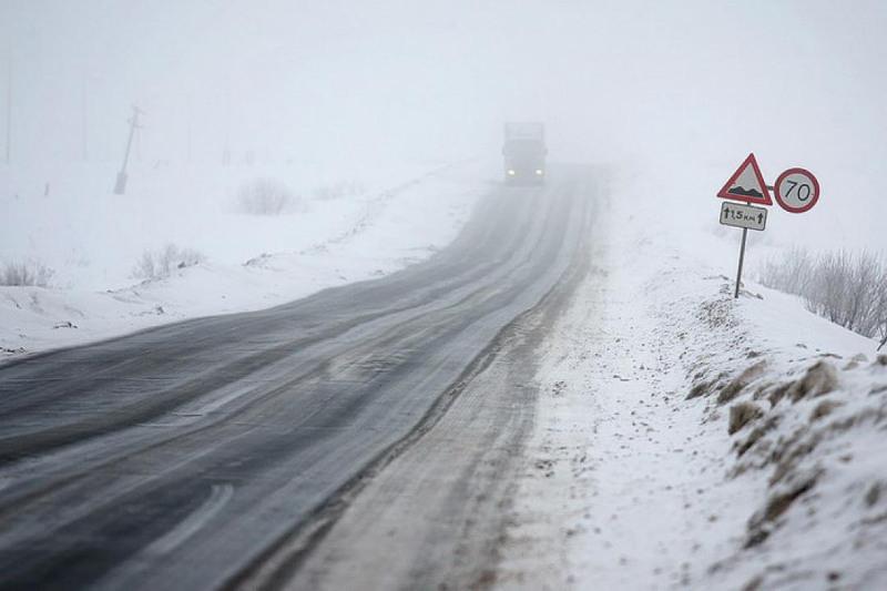 Жители Таджикистана едва не замерзли на трассе в СКО