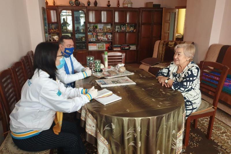 В Темиртау кандидаты в депутаты от «Nur Otan» встретились с почётным жителем города Майрой Сыздыковой